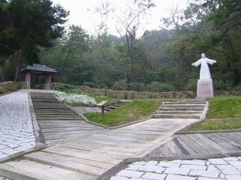 한국 일만위 순교자 현양동산 초입에 있는 주님 위로의 동산 모습. 왼쪽 위로의 문을 지나면 계곡 옆길을 따라 순교자의 십자가 길이 이어진다.