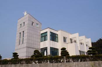 2003년 축복식을 가진 공소 새 성당. 순례객을 위한 숙소와 식당도 마련되어 있다.