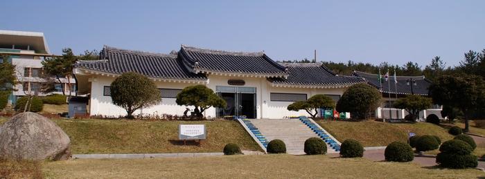 1999년 다산초당에서 남쪽으로 800m 떨어진 곳에 건립된 다산 유물전시관.