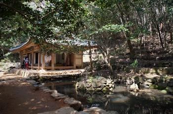 다산초당과 연못 가운데 돌을 쌓아 만든 연지석가산.