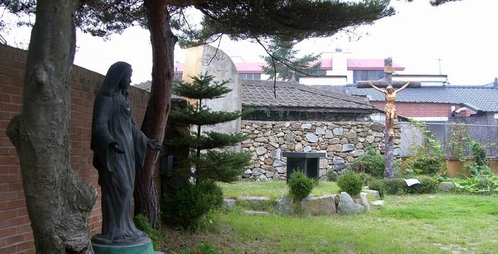 강화 성당 구내에 마련된 진무영 성지 전경. 가운데 야외제대가 있고 입구 쪽에 성모성심상이 마련되어 있다.