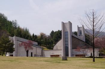1999년 최양업 신부 서품 150주년을 기념하고 시복시성을 기원하기 위해 건립된 최양업 신부 기념성당. 대성당과 소성당(좌) 두 동으로 건립되었다.