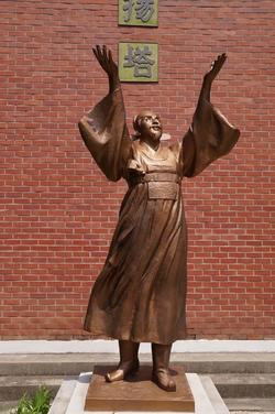 황사영 순교 현양탑 아래 설치된 동상.