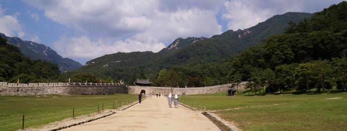 영남 지방에서 한양으로 과거보러 가는 길이자 군사적 요지인 조령(새재)으로 들어서는 제1관문인 주흘관과 성벽.