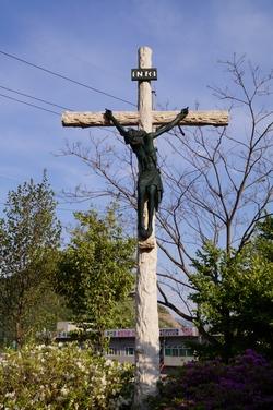 야외제대 옆에는 대형 십자가가 세워져 있다.