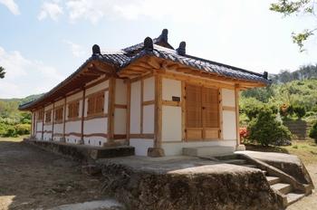 1900년대 초에 건축되어 2004년 등록문화재 제140호 지정되고 최근에 보수작업을 가진 공소 외부.