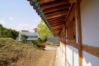 공소 측면에서 본 마당과 교육관.