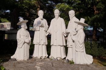 갈매못에서 순교한 다섯 성인상과 반석. 왼쪽부터 황사영, 오메트르, 다블뤼, 위앵, 장주기 성인 순이다.