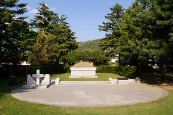 성 황석두 루카 묘. 성인의 고향이 연풍으로 밝혀지면서 성지 개발이 가시화되었고, 1979년 문중 산에 묻힌 성인의 유해를 임시로 수안보 성당에 모셨다가 1982년 이곳으로 천묘하였다.