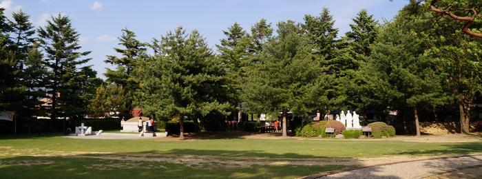 왼쪽에 황석두 루카 성인 묘, 가운데 옛 향청 건물, 오른족에 반석 위의 다섯 성인상이 자리하고 있다.