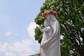 성당 마당의 성모자상.