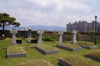 성당 뒤뜰 춘천교구 성직자 묘역 한편에 6.25 전쟁 순교자 묘가 자리하고 있다.