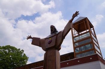성역화 사업으로 시내 중심가를 한눈에 내려다 볼 수 있는 성당 입구에 새로 설치된 예수성심상.