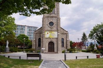성당 건립 중 6.25 전쟁이 일어나 대파되었다가 복구하여 1956년 봉헌식을 가진 성당 정면. 2003년 등록문화재 제54호로 지정되었다.