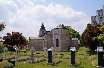 춘천교구 성직자 묘역에서 바라본 성당 모습.