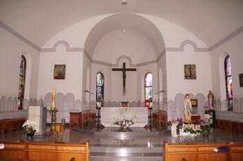1998년 중창 축복식을 갖고 전례적, 예술적 공간으로 거듭난 성당의 제대.