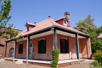 성당과 함께 경상북도 유형문화재 제348호로 지정된 구 사제관. 현재는 유물관으로 사용하고 있다.