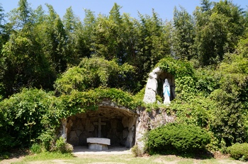 1995년 본당 설립 100주년 기념사업으로 건립한 성모동굴.