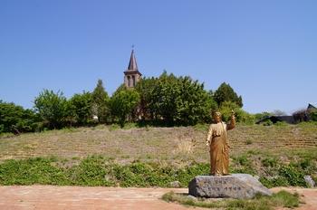 본당의 은인을 기억하고자 2011년 교구 설정 100주년을 맞아 스승예수공원에 설치한 예수상.