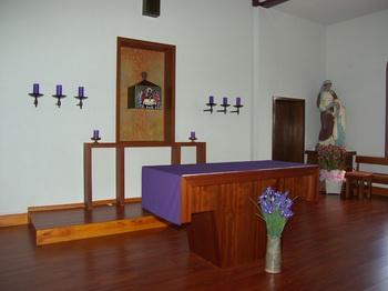 성당 제대. 우측의 성녀 안나상은 본당 주보로 1924년 이전에 프랑스에서 제작되어 수입된 것으로 한국에서는 유일한 안나상이다.