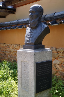 대구 교회 첫 본당터 마당에 세워진 김보록(로베르) 신부 흉상.