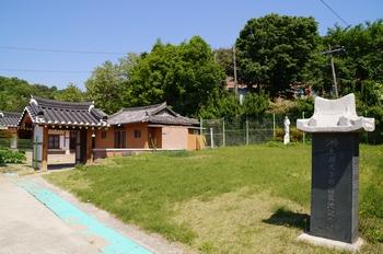 대구 교회 첫 본당터 앞마당에 세워진 대구 천주교 요람지 기념비.