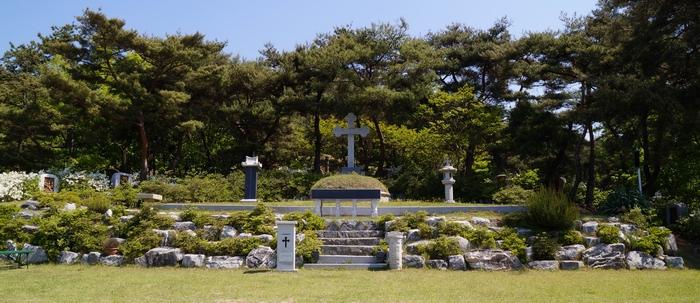 이선이 엘리사벳 순교자 묘역. 묘소 뒤에 반원형으로 십자가의 길이 조성되어 있고, 앞에 야외제대가 마련되어 있다.