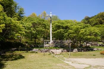 한티 성지 순교자 묘역 입구의 대형 십자가와 야외제대.