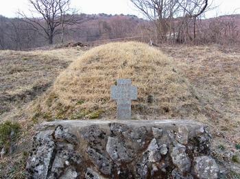 진목 공소 뒷산에 위치한 허인백, 이양등, 김종륜 3위 순교복자 묘. 병인박해 때 순교한 후 1932년까지 묻혀 있던 곳으로 현재 진목정 순교자 기념성당 건립을 위한 공사가 진행 중이다.