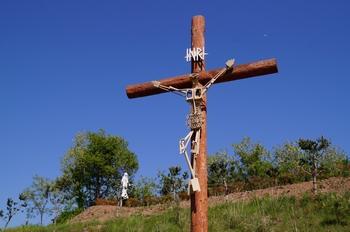 순교복자 묘역 옆동산, 십자가의 길 11처 옆에 건립된 대형십자가. 그 뒤로 하늘로 오르는 듯한 성모상이 보인다.
