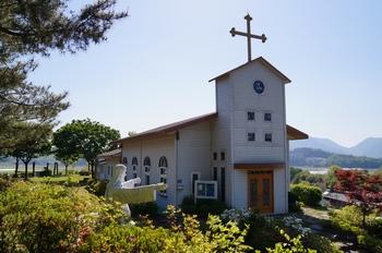 2005년 새로 신축해 축복식을 가진 문산 성당 사봉 공소. 순례자를 위한 다용도실과 전례공간이 별도로 마련되어 있다.