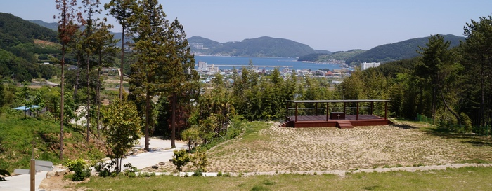 야외제대 앞에서 내려다본 일운면 지세포리와 바다 풍경.