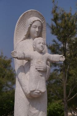 기념성당 뒷마당에 설치된 성모자상.
