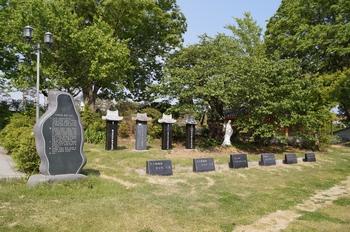 황석두 성인 순교비와 6.25 때 순교한 분들의 순교비와 가묘가 성당 뒷마당에 자리해 있다.