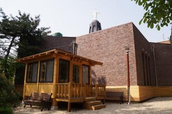 성당 뒷마당, 성지 안쪽에 건립된 기도처.