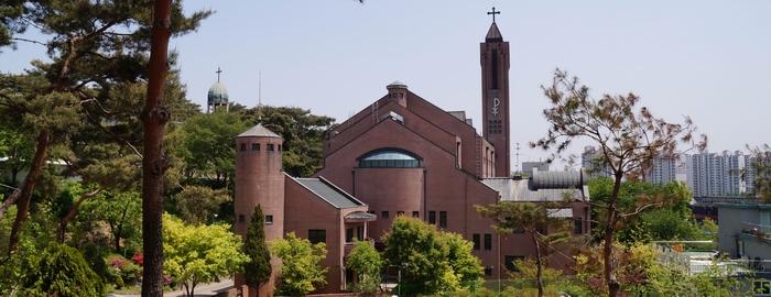 성당 뒤 동산에서 바라본 새 성당과 옛 성당의 종탑.