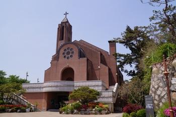 1999년 철근 콘크리트 구조에 붉은 벽돌 마감으로 신축된 새 성당 외부.