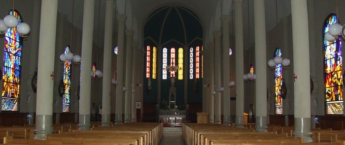 화려한 색채의 유리화가 시선을 사로잡는 성당 내부.