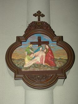 성당 내부 벽면 기둥에 부착된 십자가의 길 제13처.