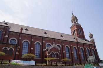 1897년 축성된 성당 옆모습. 로마네스크 양식으로 전면에 세 개의 종탑을 갖추고 있다. 1937년 확장 개축을 거쳐 1981년 사적 제287호로 지정되었다.