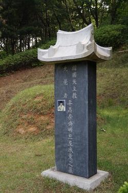 한국 천주교 선각자 이승훈 베드로 묘비.