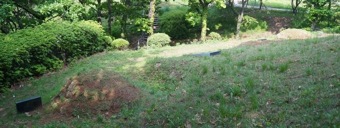 이승훈 베드로 묘 아랫단에는 삼남 순교자 이신규 마티아와 장남 이택규의 묘(오른쪽)가 있다.
