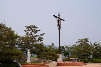 성모상과 대형십자가.