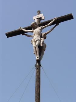 성지 마당의 대형 십자가. 고상이 앞뒤로 걸려 있다.