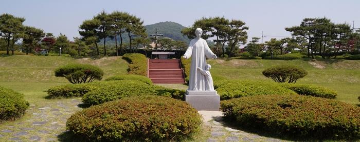 기도의 광장 성모상 모습. 뒤에는 요당리와 관련된 성인과 순교자를 기념하는 묘역이 조성되어 있다.