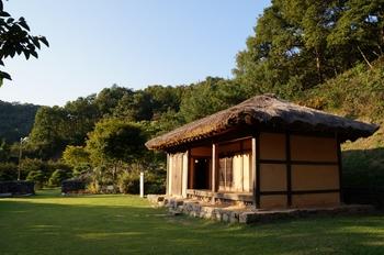 최양업 신부 성당터에 성당 겸 사제관으로 사용한 초가집이 복원되었다. 이 초가집은 조선대목구 신학교로도 사용되었다.