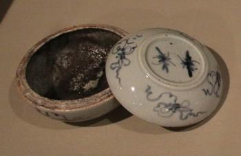 180여 년간 땅에 묻혀 있던 황사영의 토시가 든 청화백자합. 2009년 보존 처리를 거쳐 절두산 박물관에서 최초로 공개되었다.