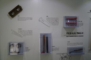 포도청 순례지로 지정된 종로 성당 지하에 마련된 포도청(옥터) 순교자 현양관에 전시된 다양한 형벌 도구들.