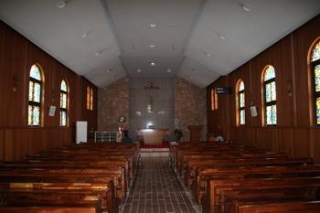 6.25 전쟁으로 성당이 소실된 후 맥고완 신부가 신축하고 1995년 증축한 성당 내부.