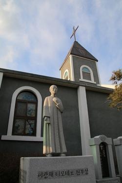 성당 옆마당에 2009년 이광재 신부 탄생 100주년을 기념하여 건립된 석상.